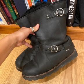 Sælger mine UGG støvler i str. 38. De er sindssygt lækre. Læder udenpå. Uldfor indeni.  De er brugt en vinter, men fungerer helt som se skal.  Mener de kostede mellem 2500-3000kr.  Byd gerne.