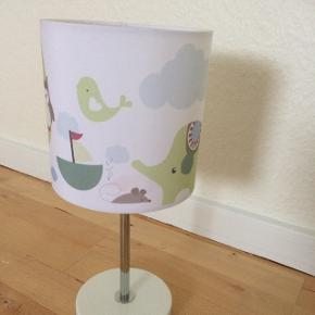 Bordlampe til børneværelset Med pære  Mål: H32 cm  Nypris kr. 439,-   Står som ny