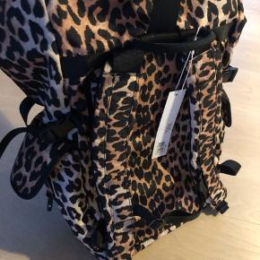 Super cool Ganni rygsæk med leopardmønster. Fejlkøb som gave og derfor helt ubrugt.   Kom med et bud - forsendelse gratis i dag mandag :)   Flere billeder her: https://www.ganni.com/da/tech-fabric-rygsaek-A2354.html?dwvar_A2354_color=Leopard