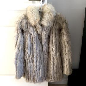 Ægte pelsfrakke i sølvræv. Lille hul ved venstre armhule, dog noget der nemt kan fikses ved en bundtmager. To lommer. Lukkes med 'usynlige' hægter. Utrolig lækker og varm. Længde bagpå fra krave-bund er 75 cm. Udvendig ærmelængde 62 cm.  Byd endelig👏🏻👉🏻