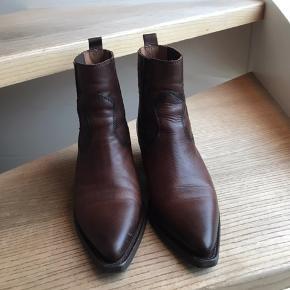 Super fine støvler fra Billi bi, og de er stadig i butikkerne til fuld pris 😊 de er brugt i en uges tid, så de fremstår næsten som nye 😊