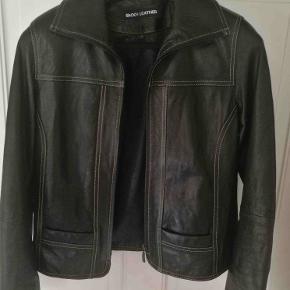 Mega Sej klassisk sort læderjakke fra Broch Leather. Står praktisk talt som ny. Super læder-kvalitet. Nypris: 2000,-  Se også mine andre annoncer med mærkevarer af høj kvalitet.