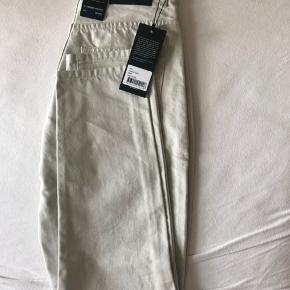 Dr. Denim Nora jeans. Str 28/32. Sidder vildt flot, får den bare ikke brugt. Farven er off White.