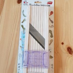 Japansk mandolinjern fra bron coucke, 65mm. Helt ny stadig i pakken, dog har pakken fået en en skade på dem ene side og er flækket lidt i plastikken, dette har ingen effekt på mandolinjernet. Det er et af de bedste mandolinjern på markedet, det bliver bla. brugt meget i prossefionelle køkkener. Har det selv et magen til, så derfor jeg sælger denne her. Det følger ekstra blade med til at skære stænger. Nypris er 489kr.