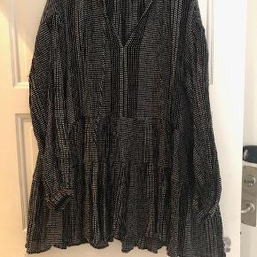 Rigtig fin tunika fra H&M i sort med fine hvide sygninger, som mønster. Tunikaen er ca. 83 cm lang. Prisen er uden porto og jeg sender kun mine ting. :)