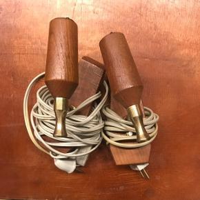 De fineste lamper i teak. Kan bruges med en almindelig mellemstor pære og evt med en lille skærm. Der er beslag til ophæng på bagsiden og en lang ledning. De virker 100%.  Kan afhentes på FRB eller sende med DAO (modtager betaler Porto)