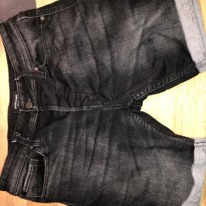 """Næsten nye shorts fra Jack & Jones, model Regular fit, str S, sælges. De er ikke 100% sorte men lidt """"meleret""""/slid som de jo meget bruger. De er glemt i skuffen, så højst brugt 2 gange. Derfor stand som ny. Der er ingen huller, slid eller pletter på dem. Afhentes i Alslev ved Varde, eller sendes på købers regning. Ved køb af flere dele, hives rabat. Spørg hvis du mangler noget du ikke ser i min butik. Meget er ikke lagt op endnu."""