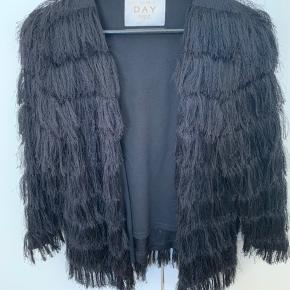 Smuk blazer/jakke i fryns fra Birger et Mikkelsen. Jakken falder rigtig smuk og er perfekt til en fest ude. Jakken er god, men brugt og fejler intet. Nypris 1800 kr.