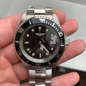 Flot stilfuldt herre ur i stainless steel med sorte skive. Aldrig brugt Ny pris 2000 Udsalgs pris 1000  Salgspris 600