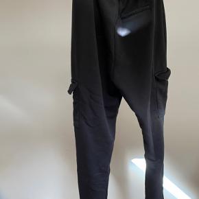 Bunder med lommer placeret nede ved benene.