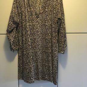 Skøn skjortekjole i leopard mønster, desværre for stor til mig. Bæltet følger ikke med. Køber betaler Porto