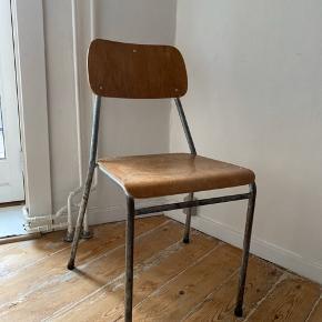 Købt i en antikvitets forretning  80 cm høj 42,5 fra gulv til sæde   Sæde:37x83 og 35 Ryg: 19x35