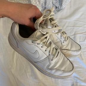 Hvide Nike sneakers i str 36,5.  -trænger bare til en våd klud på overfladen, så er de så gode som nye.