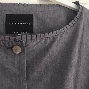 Lækker cardigan / jakke - farven er gråblå - næsten som ny