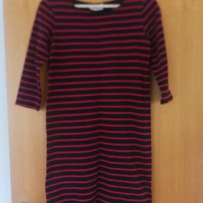 Rød og mørkeblå stribet klassisk kjole fra Ganni.