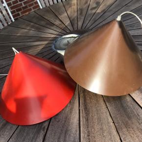 2 fede Retro pendler i rød/orange og brun. Den ene skal have et nyt stik sat på.   Diameter 44 cm