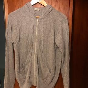 Lækker 100 % cashmere hoodie fra Filippa K soft sport. Sælges da jeg ikke får den brugt.   For mål og lignende se link: https://www.filippa-k.com/en/soft-sport/clothing/sweaters-jackets/soft-sport-cashmere-hoodie