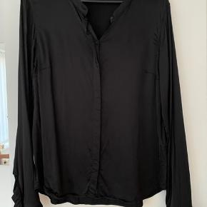 Lækker skjorte; Mattie satin fra Mos Mosh med lækker stræk. Så fin og kune vasket en enkel gang. Er mikroskopisk og ubetydeligt trådudtræk bagpå. Kan ikke fanges på foto. Deraf den gode pris