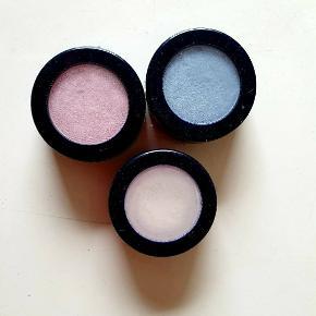 Øjne skygge i blå, hvid og rosa, der er brugt lidt af dem.