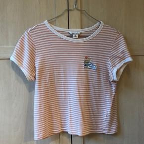 Stribet t-shirt med en fin brodering på brystet. Passer en størrelse small og x-small
