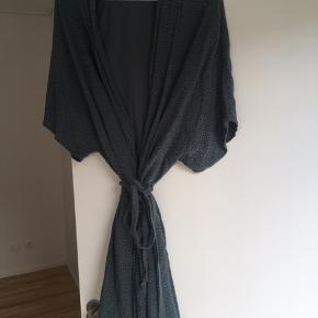 Kimono i en onesize fra Boii.