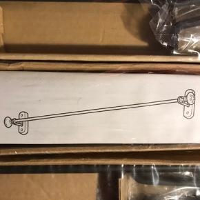 IKEA 'Visen' håndklædestang. Sort metal med keramik detaljer - helt ny, stadig indpakket. Har 3 stk som hver sælges til 50kr, ellers kom med et bud.  Kan give mængderabat ved køb af mere end én ting   Kan give mængderabat ved køb af mere end én ting