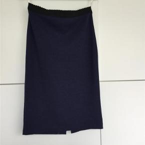 Varetype: Nederdel Farve: Mørkeblå  Så fin nederdel, model Anikko, med foer, masser af stræk i både nederdel og foer. Mindste pris 200 plus porto med Dao Har mobilepay.