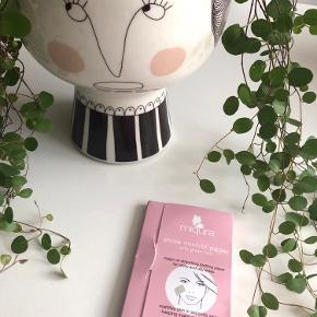 Miqura - Shine Control Paper with green Tea 🍃  Beskrivelse:  Miqura Shine Control Papers er olieabsorberende små ark af papir til øjeblikkelig fjernelse af overskydende olie i ansigtet. Papiret absorberer overskydende olie og gør huden mat på sekunder, mens makeuppen bliver på sin plads. De er desuden beriget med grøn te og hør, som har en anti-oxiderende og detoxende effekt, som hjælper med både at behandle fedtet hud og reducere rødme. Med disse papirer ved hånden kan man hurtigt friske huden op i løbet af dagen, hvis det bliver nødvendigt. Den lille boks har en super praktisk størrelse der er let at tage med på farten - om det er til fitness, med på arbejdet, på weekend ophold eller lignende - størrelsen passer perfekt i både tasken og i lommen. Brug den på skinnende og fedtede områder. Så har man tilbøjelighed til fedtet og skinnende hud i løbet af dagen, så er disse Shine Control Papers absolut et must.  Fordele: Olieabsorberende ark Øjeblikkelig virkning Beskytter huden Anti-oxiderende & detox effekt Reducerer rødme Eksfolierer blidt Kan bruges ovenpå makeup Passer perfekt i både tasken og lommen Kan bruges efter behov i løbet af dagen  Byd gerne kan enten afhentes i Aarhus C eller sendes på købers regning 📮✉️