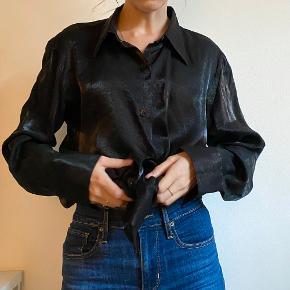 Super smuk skjorte fra Sand. Lækker kvalitet kan mærkes. Str. 42. Ses her på en str. 34/xs som oversize. Vil sige den passer alt efter fit 36-42. Den bliver lidt for oversized til mig.  Det er et lille hul i skjorte nede foran i højre side. Det kan lappes, ellers ses det ikke hvis skjorten er i bukserne :)  Se gerne min andre annoncer 🧡