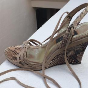 Varetype: Wedges Farve: Beige  Floteteste sandaler i slangeskind og beige ruskind m lange ruskindssnører, så lækre