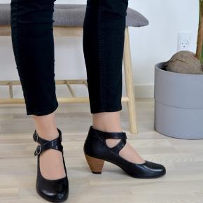 Smukke fest sko fra mærket vagabond i pæn stand og str. 38 Jeg bruger normalt str. 39 i sko, og disse er for små til mig.  Se billeder for detaljer. Der er altid fri fragt, hvilket vil sige at porto er indberegnet i prisen.💌