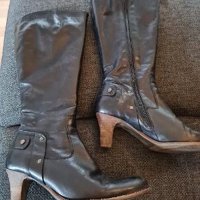 Fine støvler i læder. Fremstår super flotte i læderet.