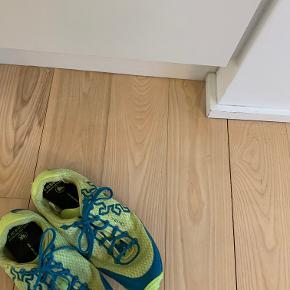 Acceleritas5 RB9X speciel løbesko fra Icebug i limegrøn og blå farver. Str. 45,5.   Beskrives som: 'Acceleritas5 RB9X er en minimalistisk sko bygget til det hurtige tekniske og krævende terræn. Ideel til løb, swimrun og OCR.  Materialet af overdelen er erstattet med et meget glat og luftigt stof, hvis lav vægt næsten giver følelsen af at løbe barfodet.  Skoen absorberer en minimal mængde vand, en afgørende faktor for en sko med naturen alle de elementer, der fungerer, så den våde vægt er næsten lige så lavt som tørvægten.'