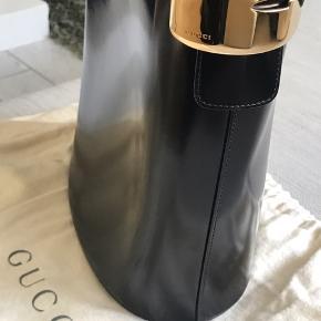 Skøn bucketbag fra Gucci. Standen er fin på det ydre, inden i er tasken lidt slidt, men fuld funktionel.