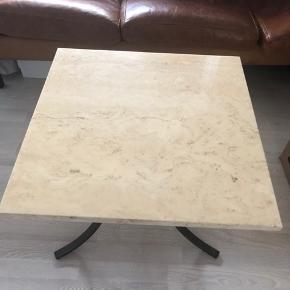 Så fint vintage marmor bord sælges, købt af SkrotDeluxe :) Har været benyttet som sofabordet, men sælges nu pga. flytning, hvor jeg har valgt at købe et andet. Mål: 60 x 60 og 50 cm. i højden. Bordet er i rigtig fin stand, men naturlige aldersrelaterde brugsspor ved kanter, må forventes. Foretrækker at bordet afhentes, hvilket kan være muligt både i Aarhus eller Randers. Pris: 450kr.
