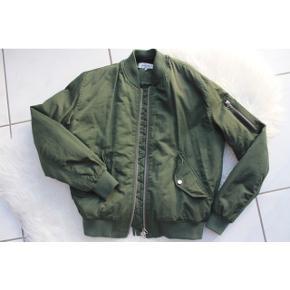 Light before Dark bomberjakke i en fin grønfarven   størrelse: XS   pris: 150 kr    fragt 39 kr ( 37 kr ved TS handel )