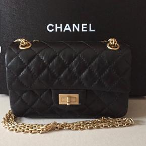Overvejer at sælge denne smukke Chanel Reissue taske i str mini i sort aged calfskin med gold hardware da jeg ikke får den brugt. Den er kun brugt et par gange og fremstår som ny. Absolut ingen brugstegn. Den er købt sidste forår og blev udsolgt så snart den kom i butikkerne. Kvittering, dustbag, æske mv haves selvfølgelig. Mindstepris 27.000 kr Har ikke travlt med at sælge den, så ignorerer skambud! Bytter IKKE! Ved ts-handel lægges gebyret oveni.