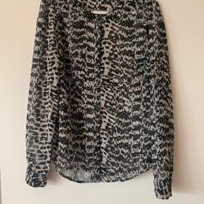 Super fin og feminin skjorte fra Vila. Fremstår uden slid.