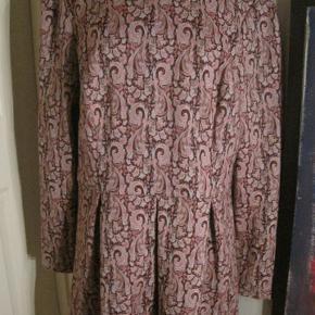 Atmosphere ny kjole str. 44/46. Bm 2x56 cm. Længde 89 cm. 140 kr. plus porto (m6421) Bytter ikke og prisen er mp