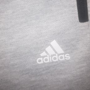 Super fede Adidas bukser , de hedder 164 børne str men det er de ikke. De svarer til small voksen måske også en lille M .🌸