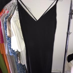 Fin kjole med slids ved venstre ben