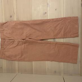 Fine lyserøde fløjlsbukser. Fineste farve, let stumpende ved anklen. Brugt få gange.