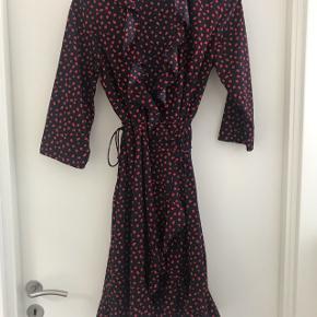 56ec0080384 Fin kjole med wrap detalje. Brugt 2 gange, så fin som ny. Hvis. 100 kr.