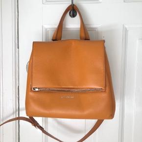 Sælger min SMUKKE og elskede Givenchy taske i den skønneste orange/brune farve.  Sælges udelukkende fordi jeg har for mange tasker og der skal ryddes lidt ud :-)  Kvittering haves ikke længere, da det er 5 år siden jeg købte tasken til cirka 15.000 kr i New York. Den har meget meget få brugstegn, som er minimalt slid på det ene hjørne, men det er nærmeste umuligt at se.   Jeg sender selvfølgelig gerne flere billeder.