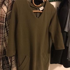 Ganni kjole i lækker jersey kvalitet med et quiltet look. Super flot til hverdags kjole og kan anvendes over en buks. God vinter kvalitet, da stoffet er lidt tykkere end mange andre  Ganni kjoler 93% cotton, 7% elastane Normal pasform