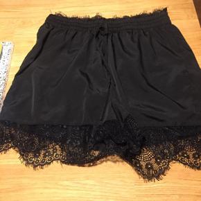 Søde shorts fra Pieces med blonder i kante / blondekant . God stand, fejler ikke noget. Kan afhentes i Vestamager lige ved st. Eller sendes på købers regning :-) str m farve sort