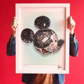 """Lenticular / holografisk billede af PaulJacksonLives Billedet har navnet """"Walts Revenge"""" Limited Edition med 280 stk på verdensplan - hverisær signeret og nummereret, dette har nr.68   **RAMME MEDFØLGER IKKE** Fragt inkluderes i prisen ved køb Sendes i tykt paprør m bubleplast"""