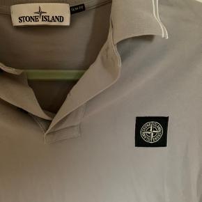 Flot herre polo fra Stone Island sælges! Den er næsten som ny.   Ingen pletter eller tegn på slid.   Np: 889kr Køber betaler fragt.