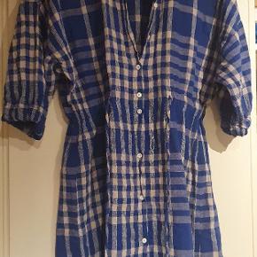 Lækker blød skjortekjole med bindebånd i taljen.