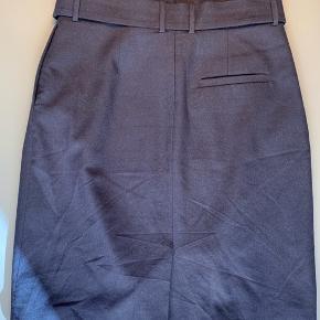 Rigtig fin nederdel i 96% uld / lynlås bagpå